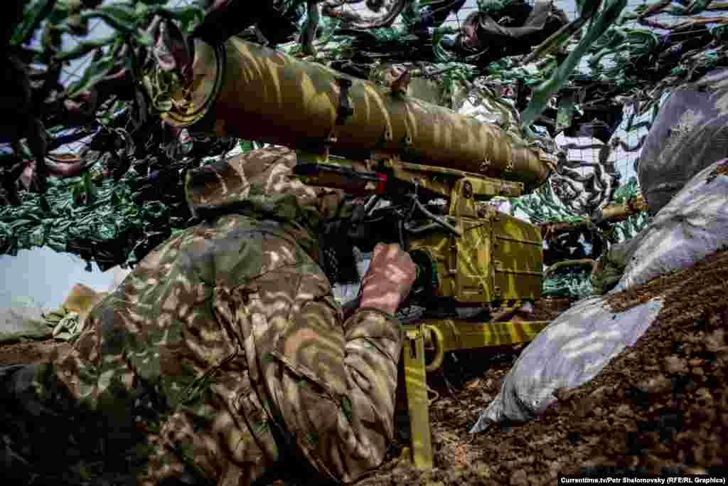 """Боец украинского батальона """"Азов"""" направляет противотанковую ракету в сторону противника вблизи села Широкино в Донецкой области. 18 апреля 2015"""