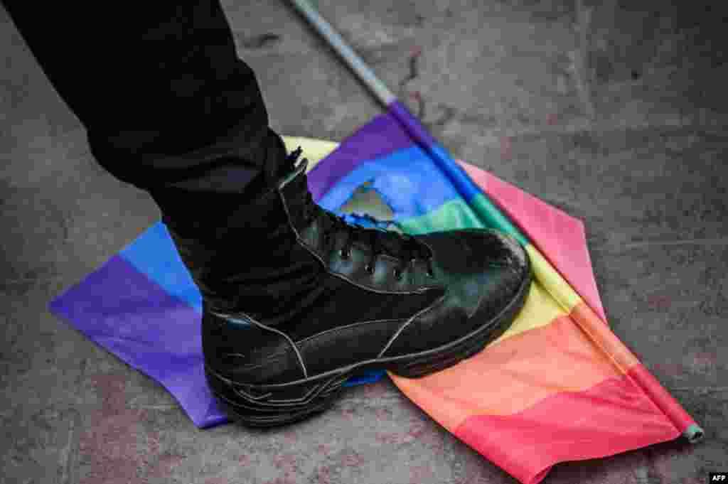 19 июня полиция преградила доступ к главной площади Стамбула, куда направлялись сотни активистов ЛГБТ-сообщества