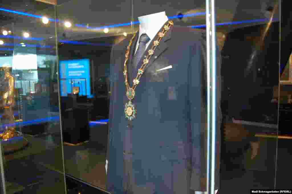 Одежда, в которой Нурсултан Назарбаев был на инаугурации, выставлена в президентском музее в Астане.