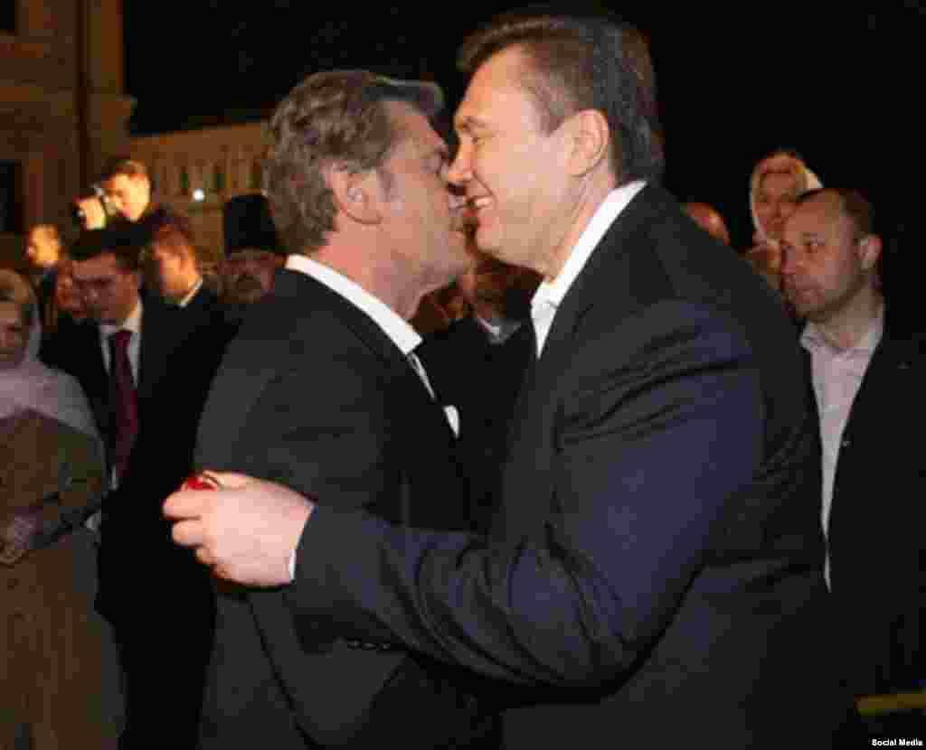 Виктор Янукович целует Виктора Ющенко во время празднования Пасхи в 2008 году
