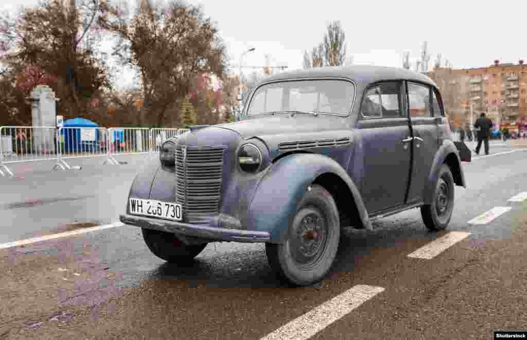 На снимке –Opel Kadett 1937 года. Считается, что еще до начала Второй мировой войны Сталин лично пытался наладить производство этого автомобиля в СССР, но замысел удалось осуществить лишь после ее окончания