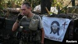 Украинский военный на позициях в Красногоровке в августе 2016 года
