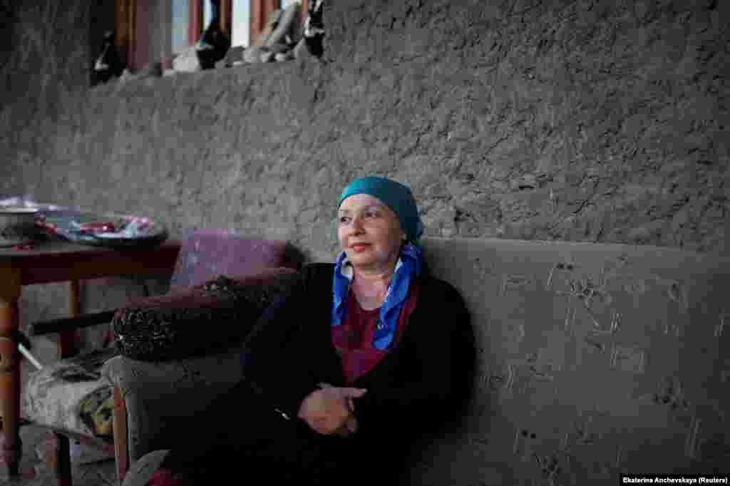 """Сегодня в Панкисское ущелье начали все чаще приезжать туристы. Большинство местных жителей, с которыми поговорила фотожурналистка, считают, что изменить экономическую и социальную ситуацию в ущелье поможет именно туризм. """"Развитие туризма – единственный способ спасти деревню. Здесь вообще нет работы"""", – рассказывает Бела Мутошвили, 55-летняя учительница и владелица небольшого отеля в деревне Джоколо в ущелье"""