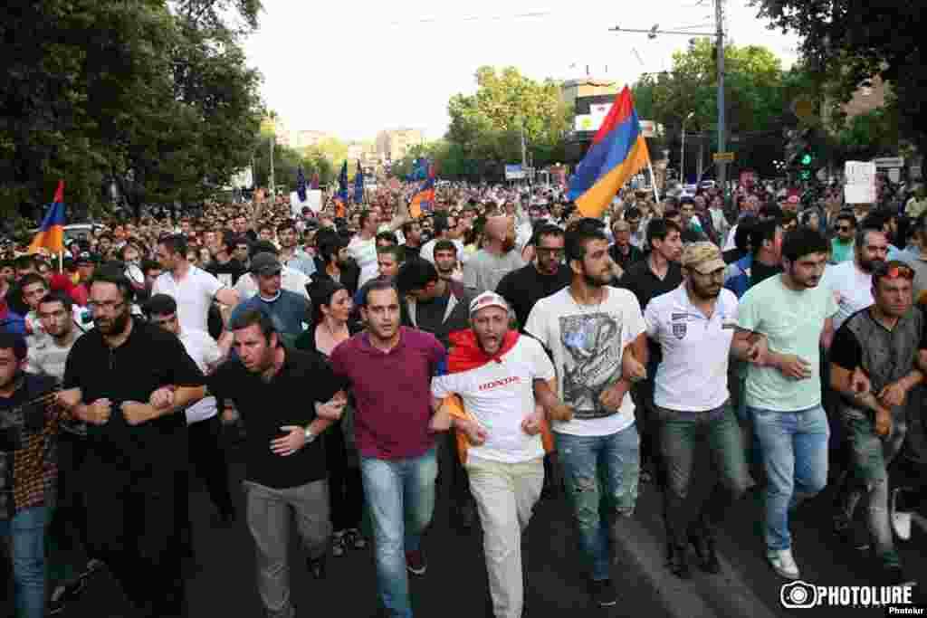 Жители армянских городов Гюмри и Севана присоединились кучастникам протеста в Ереване