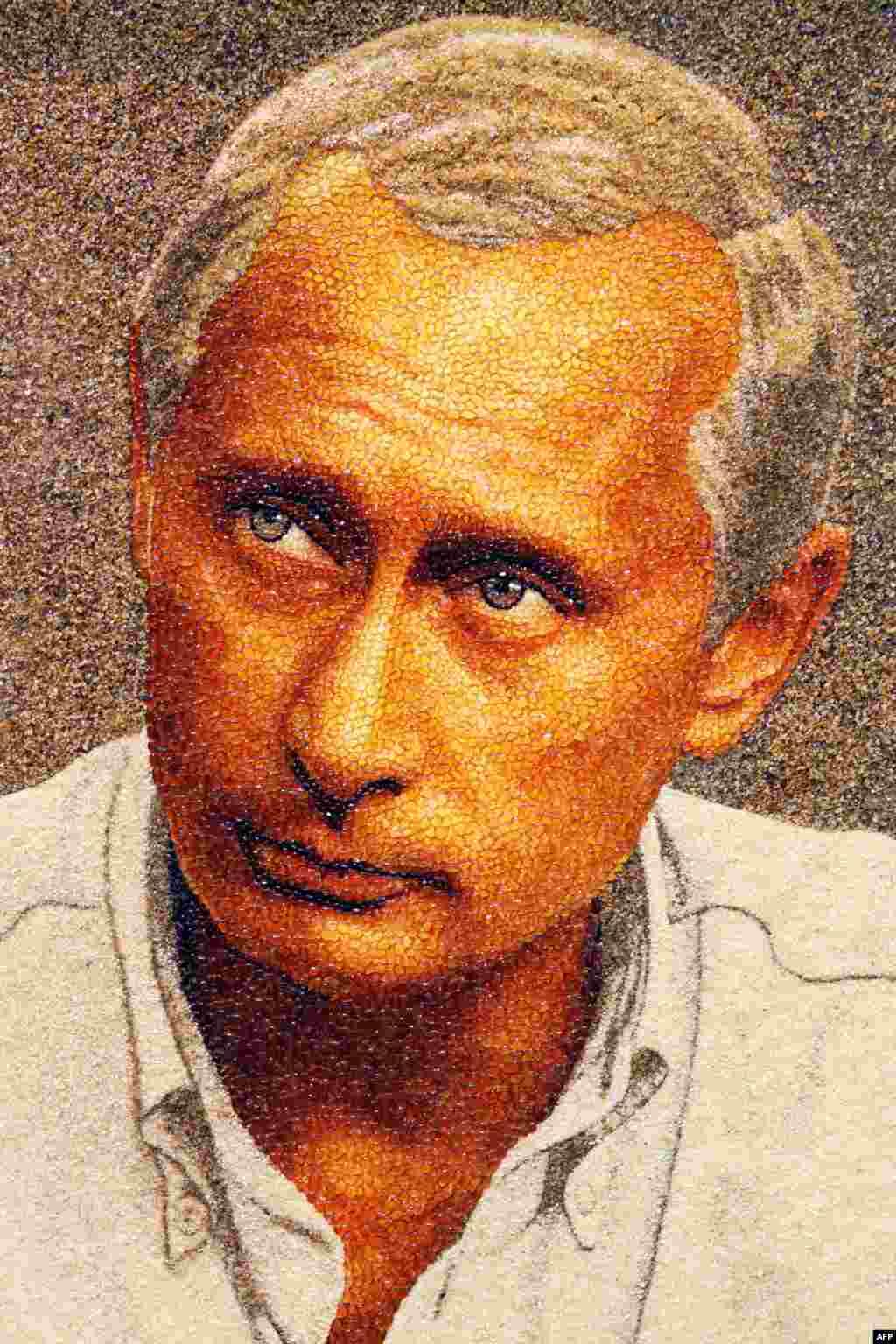 Портрет Владимира Путина, сделанный из янтаря, в одной из галерей Петербурга. Стоимость произведения - свыше 2,000 евро