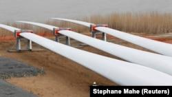 Техники инспектируют лопасти турбин в Сен-Назере, Франция