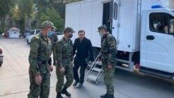 Подача документов под конвоем: как оппозиция в Кыргызстане готовится к парламентским выборам
