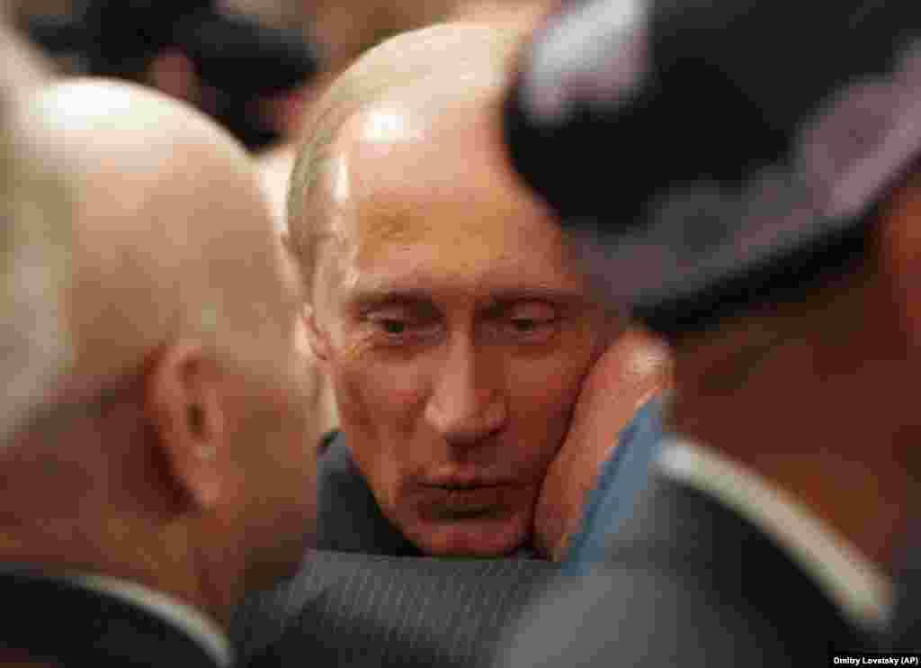 Владимир Путин получает советский поцелуй от ветерана Второй мировой войны, 2005 год