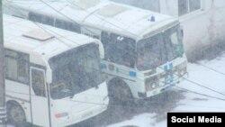 """Автобусы ОМОНа на фабрике """"Рошен"""" в Липецке, фото gorod48.ru"""