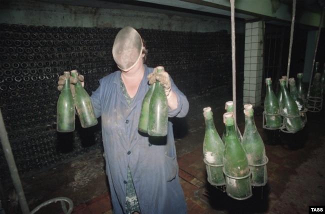 """Сотрудница завода """"Абрау-Дюрсо"""" в маске для защиты от взрывающихся бутылок"""