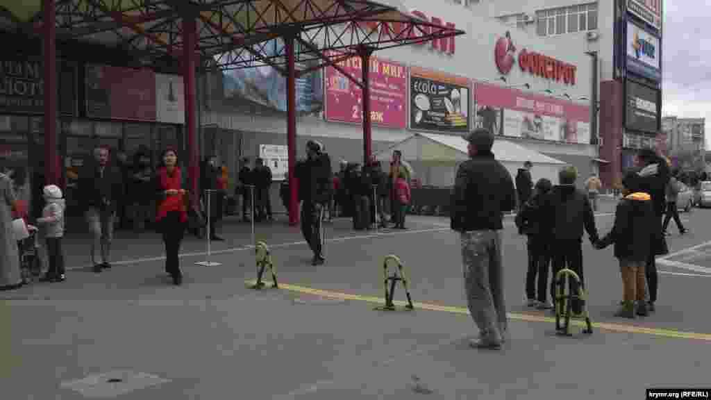 Симферопольский торговый центр временно закрыт из-за нехватки электроснабжения. Охранники не могут ответить на вопрос, как долго не будет работать магазин