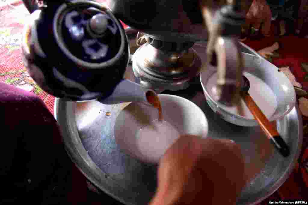 После того как юрта собрана, можно сесть за дастархан - стол для чаепития. В казахских аулах предпочитают пить чай с молоком, воду обычно кипятят в самоваре