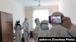 Губернатор Псковской области Михаил Ведерников и сопровождающие чиновники инспектируют городскую больницу