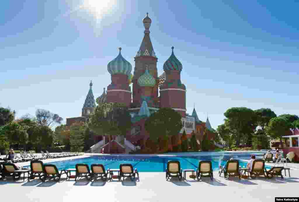 Отель Kremlin Palace в Анталие популярен среди российских туристов. Фасад отеля напоминает одну из главных достопримечательностей Москвы – Собор Василия Блаженного