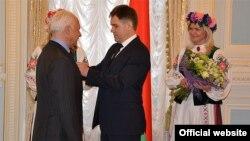 Церемония награждения Владимира Спивакова орденом Франциска Скорины в посольстве Беларуси в Москве