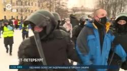 Полицейский тычет дубинкой в лицо корреспонденту Настоящего Времени