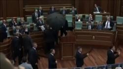 Премьер-министра Косово закидали яйцами в здании парламента
