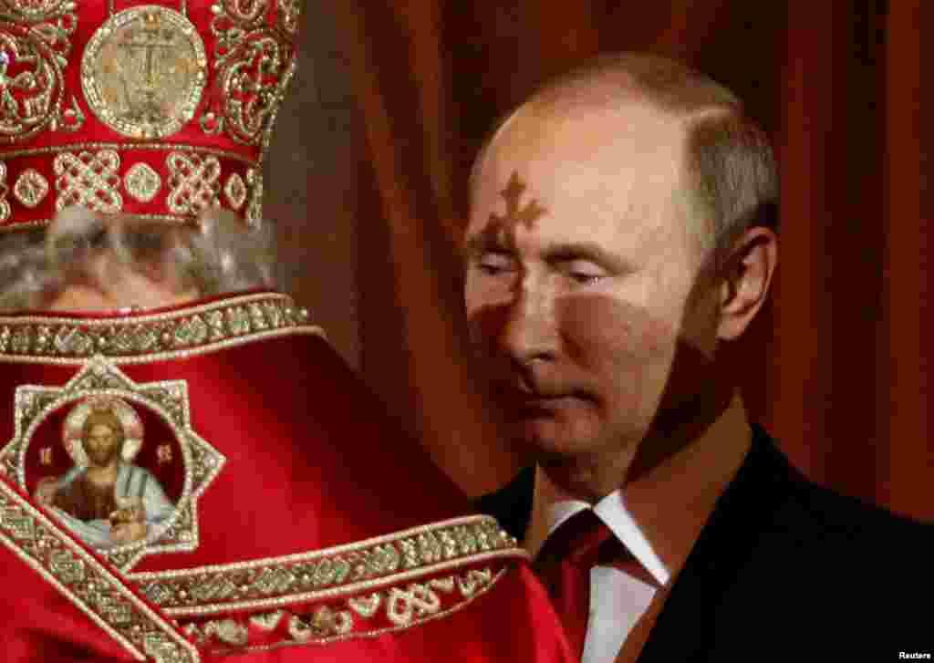 Президент РФ Владимир Путин во время пасхальной службы в православном Храме Христа Спасителя в Москве
