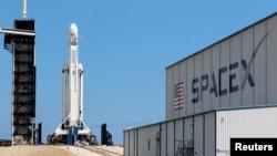 Запуск ракеты Falcon Heavy компании SpaceX с коммуникационным оборудованием на борту. Апрель 2019