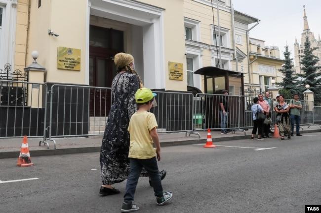 Возле посольства Республики Таджикистан в Гранатном переулке в Москве. Июль 2020 года. Фото: ТАСС