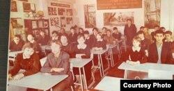 Сауле Омарова (на заднем плане – вторая слева) с одноклассниками в школе № 21 города Уральска