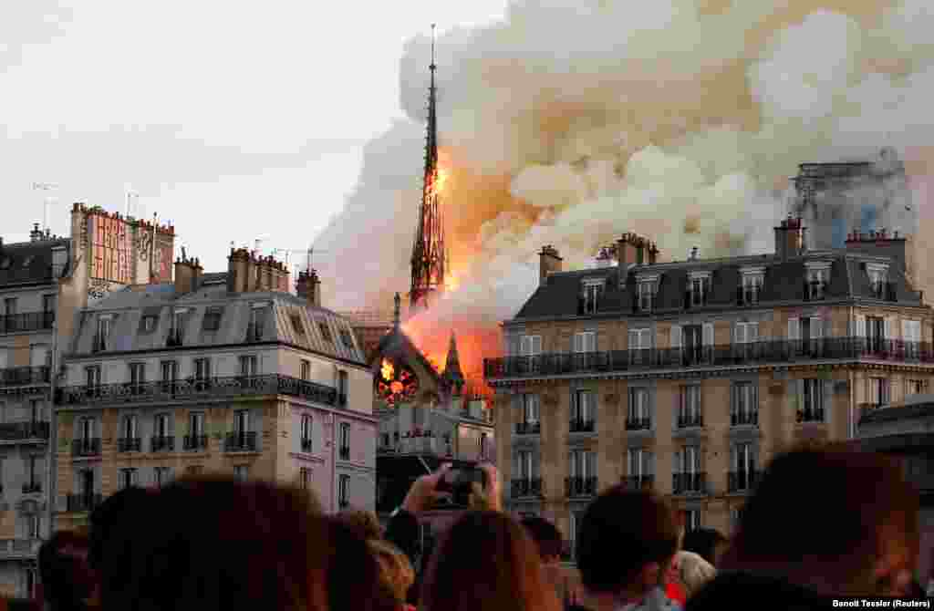 Пожар в соборе Парижской Богоматери в апреле 2019 года для многих стал символом уничтожения европейской цивилизации и ее важнейших культурных символов. К счастью, эти опасения не подтвердились. Огонь полностью расплавил свинцовую крышу, обрушил шпиль и уничтожил деревянные стропила крыши. Но средневековые каменные своды собора выстояли, ценнейшие витражи-розы почти не пострадали, а коллекцию церковных ценностей пожарные успели спасти. Собор ждет долгая реконструкция, но памятник удалось отстоять
