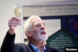 Клаус Хассельман поднимает бокал шампанского на встрече с коллегами и журналистами после объявления его лауреатом Нобелевской премии, 5 октября 2021 года. Фото: Reuters