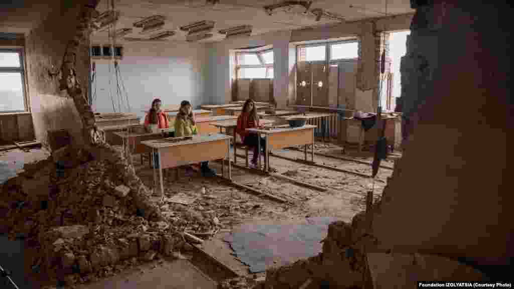 Девушки в классной комнате, уничтоженной войной