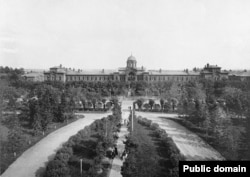 Богадельня братьев Боевых и парк в 1913 году. Фото: Альбом зданий, принадлежащих Московскому городскому общественному управлению