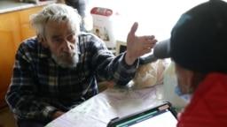 Житель Республики Алтай во время переписи населения в отдаленных регионах России, которая началась в апреле 2021 года. В большей части страны перепись начнется 15 октября
