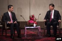 Председатель КНР беседует с уходящим в отставку главой исполнительной власти Гонконга Лянем Чжэньином