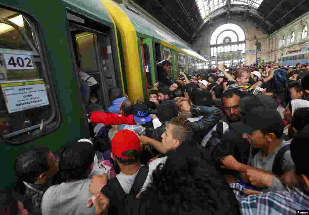 Беженцы штурмуют поезда на вокзале в Будапеште