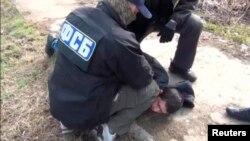 Сотрудники ФСБ арестовывают подозреваемого в проведении теракта в метро Санкт-Петербурга, 17 апреля 2017