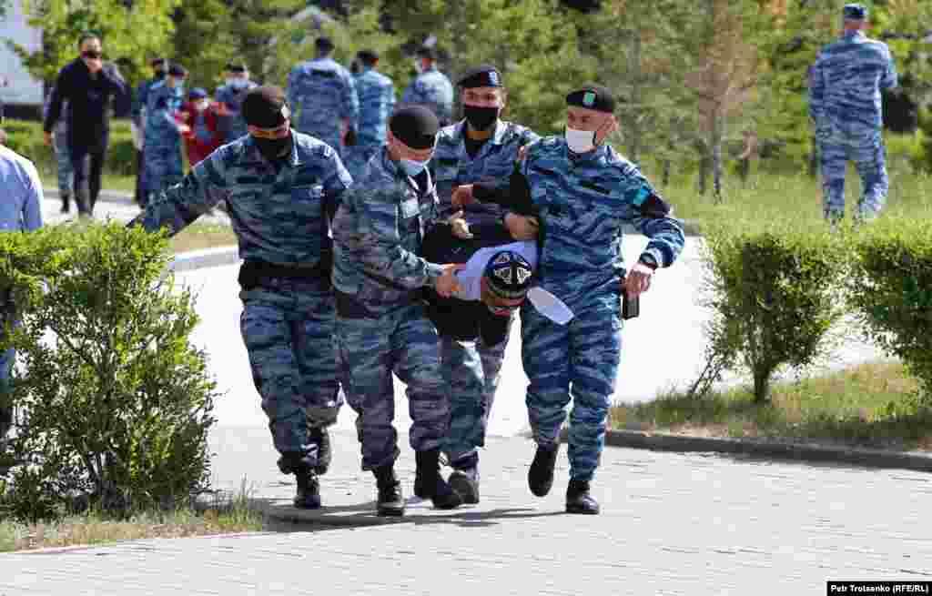 """Сторонники Мухтара Аблязова, который в 2009 году бежал в Европу, выступили за отмену признания """"экстремистскими"""" движения """"Демократический выбор Казахстана"""" и движения """"Көше партиясы"""", которое в апреле объявило о намерении добиваться официальной регистрации"""