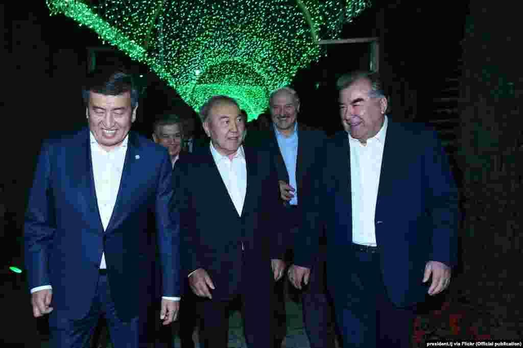 """Эмомали Рахмон (справа) руководит Таджикистаном с 1992 года.Его официальный титул – """"Основатель мира и национального единства, Лидер нации"""""""