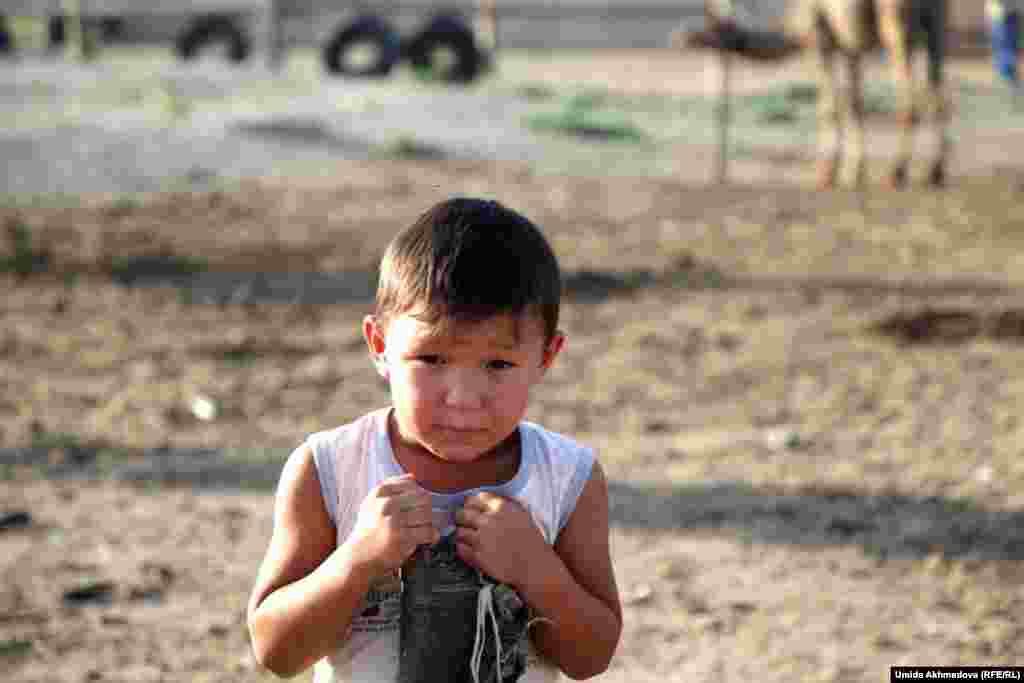 Сын Замиры Бакытбек. Дети верблюдоводов всё лето помогают своим родителям по хозяйству.