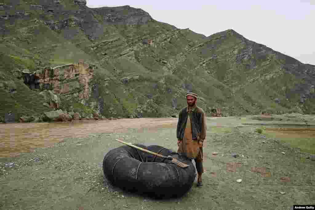 """Стиль одежды в каждой провинции разный, и фотографу приходится под это подстраиваться. """"Моя коллекция афганской одежды намного больше, чем любой гардероб, который я когда-либо имел"""", – смеется Килти На фото – """"паромщик"""" с северо-востока Афганистана. За одну поезду через реку Кокча он берет примерно 40 центов"""