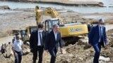 Президент Узбекистана Шавкат Мирзиёев на месте прорыва дамбы