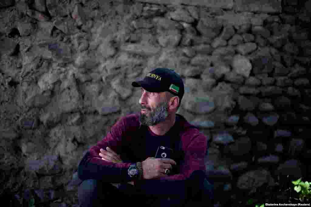Абу Ачишвили сейчас 41, в Дуиси он работает гидом. На его кепке изображен флаг Чечни. Большую часть жителей ущелья составляют кистинцы – народность с чеченскими корнями. Начиная с 1990-х годов сюда переехали более шести тысяч беженцев и переселенцев из Чечни, покинувших ее во время первой чеченской войны