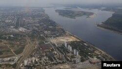 """Вид сверху на место строительства стадиона """"Победа"""" и подножие Мамаева кургана"""