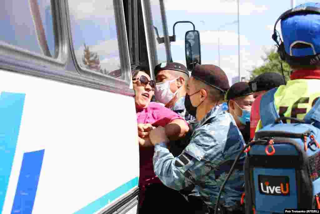 """С прилегающей к площади в Нур-Султане территории отъехали три автобуса с задержанными. Люди кричали из автобусов: """"Свободу!"""""""