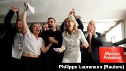 Сторонники Эммануэля Макрона празднуют победу