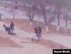 Люди на площади в Жанаозене убегают от стреляющих в них полицейских. Стоп-кадр видеозаписи, сделанной очевидцем