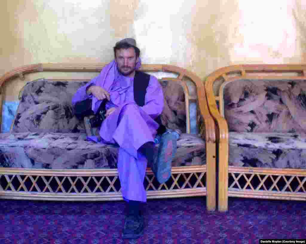 """""""Куда бы ты здесь ни направил камеру, всюду потрясающая история. Я думал, что в Австралии у меня самая хорошая работа на свете. Но Афганистан стал для меня открытием. В конечном итоге я вернусь в Австралию. Но сейчас мне гораздо лучше здесь"""", – говорит фотограф. На фото – Эндрю Килти в национальном костюме"""