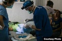Александр за работой в госпитале (в центре). Фото: личный архив