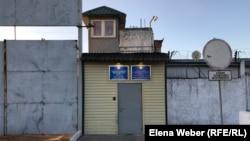 Ворота колонии в поселке Карабас (учреждение АК-159/18) в Карагандинской области. 23 сентября 2019 года.