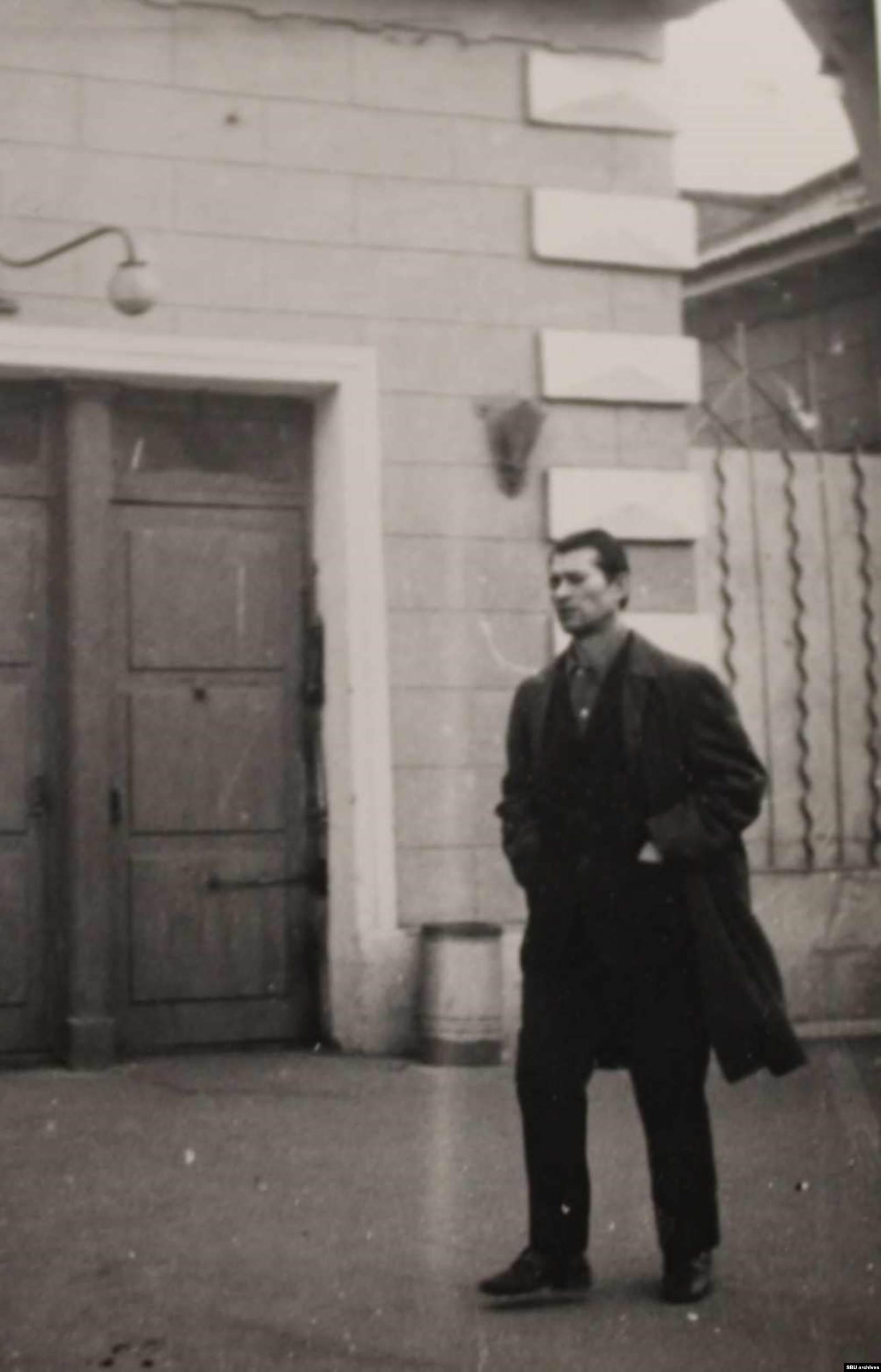 Пушкарь около здания «Арсенала-2». Фото КГБ, сделанное скрытой камерой. Из оперативного дела