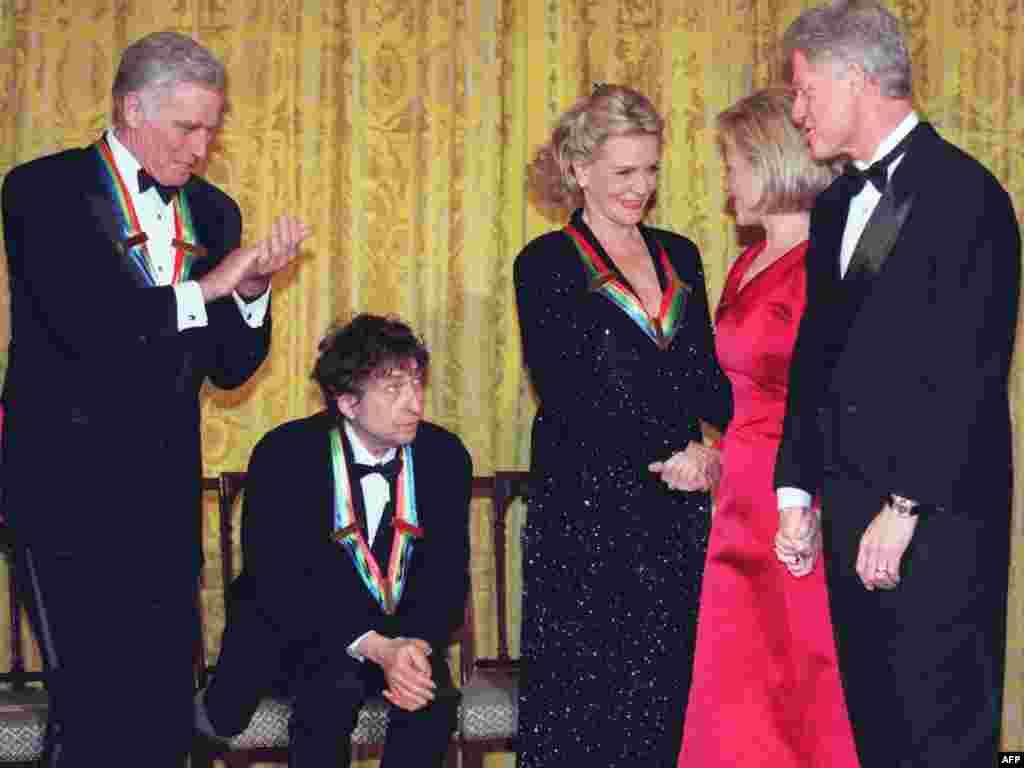Дилан и другие лауреаты премий Центра Кеннеди за вклад в американскую культуру с президентом США Биллом Клинтоном и первой леди страны Хиллари Клинтон. 1997 год.