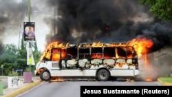 Автобус в огне после перестрелки Национальной гвардии и членов картеля