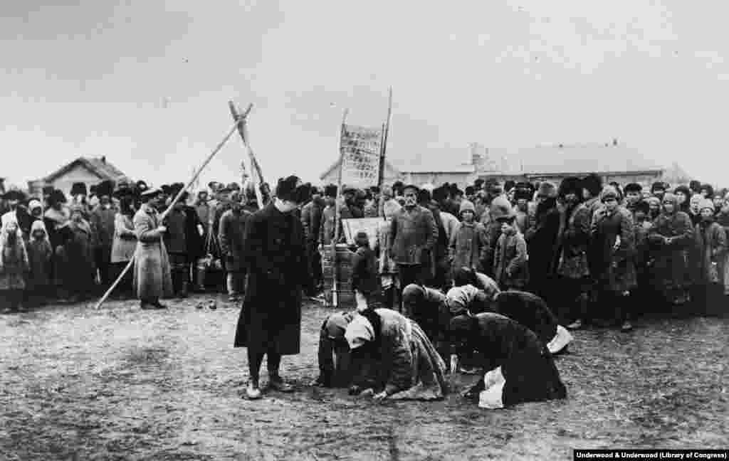 Женщины перед сотрудником гуманитарной миссии США, 1922 год